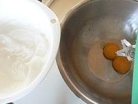 卵黄をかき混ぜ、塩と残りの砂糖を混ぜる