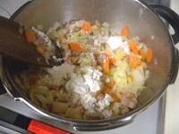 たまねぎ、にんじん、ベーコンを炒め、小麦粉も加え炒める