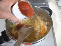 トマト缶、水、固形ブイヨンを加える