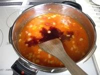 赤ワインも加え、圧力鍋で10分煮る