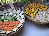 ザルに野菜が重ならないように並べる