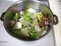 鍋にトリッパ、玉ねぎ、ベーコン、などを加え弱火で煮る