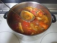 トマト缶と豆缶を加え、弱火で1時間煮る