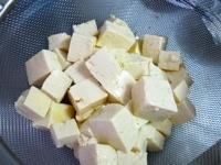 豆腐の水切りをする