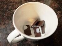 チョコレートと牛乳を電子レンジにかける