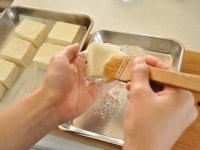 豆腐に小麦粉をつける