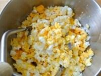 ゆで卵をつぶす