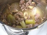 圧力が抜けたら蓋を開けて、すじ肉をさっと洗い流す