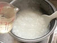 おかゆに冷水を加えて少し冷ます