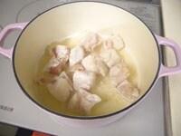 サラダ油を入れ、中火で鶏肉を炒める