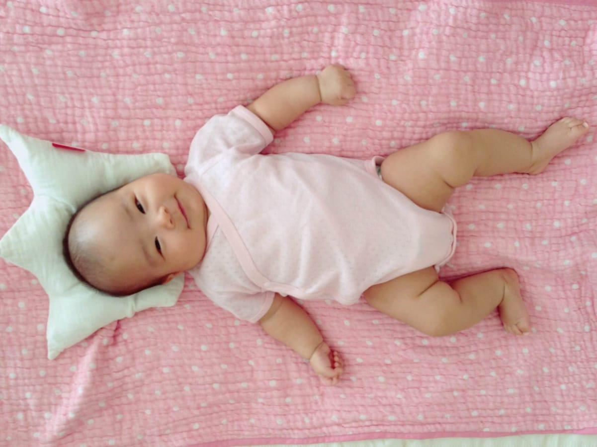 赤ちゃんの頭の形を良くする!新生児の向き癖直し方
