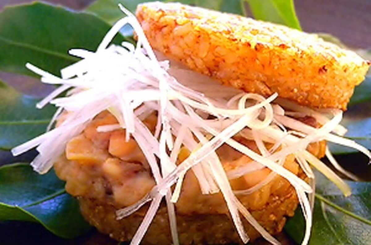 7. Yumeminato Rice Squid Burger (Sakaiminato City)