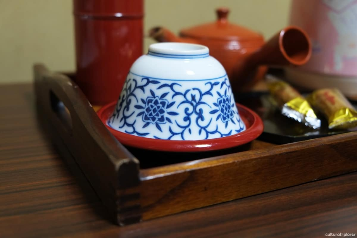 2. น้ำชาและขนมในห้องพัก