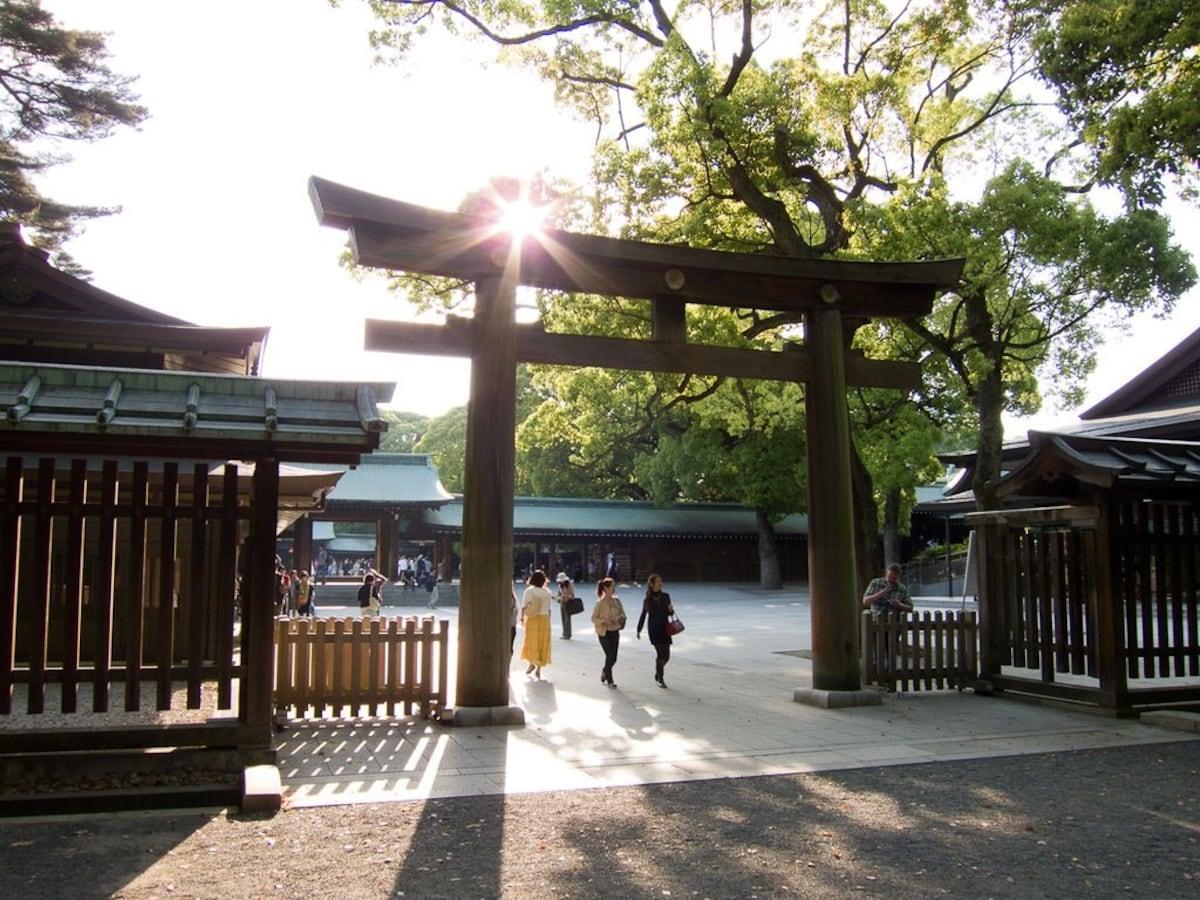 4. Famous shrines and temples: bustling tourist spot vs. quaint retreat