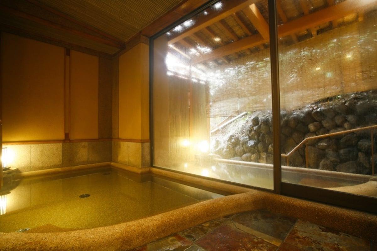 บ่อน้ำกลางแจ้งที่สามารถมองเห็นวิวของอาราชิยามะ สะพานโทเก็ตสึเคียว และภูเขาศักดิ์สิทธิ์อะตะโกะได้