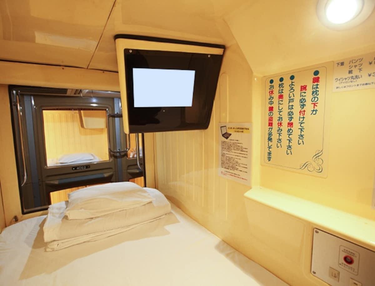 ■ 交通便利的逛街购物重心 — 新宿区役所前胶囊旅馆