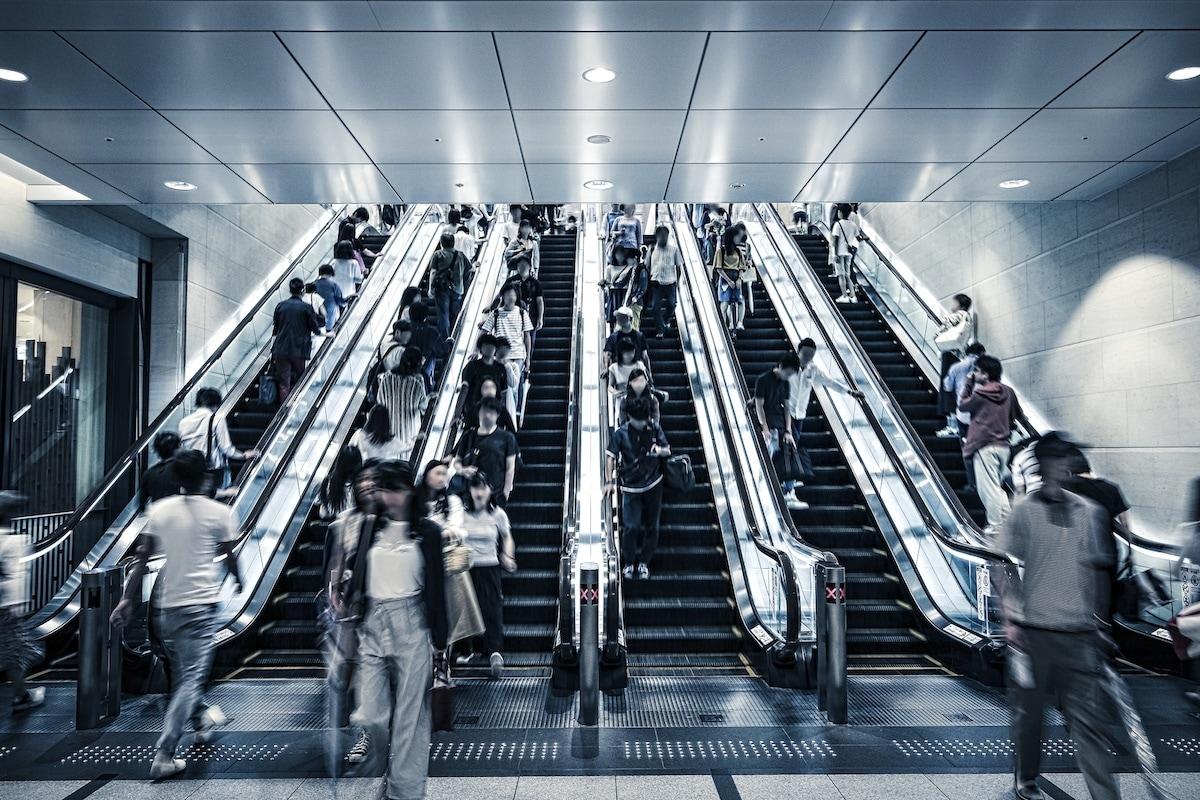 8. 在日本關東搭電扶梯時要站在左側,關西則相反
