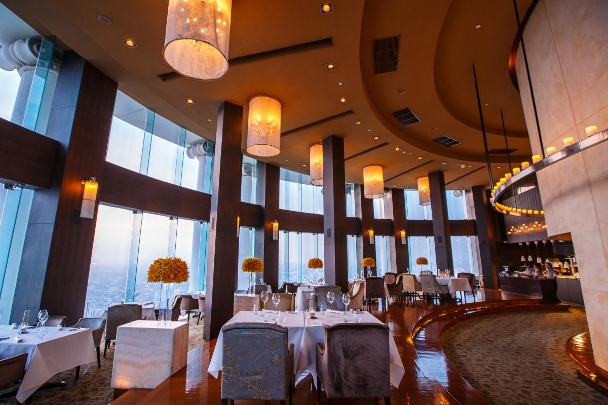 Mezzaluna ห้องอาหารฝรั่งเศสที่ตั้งอยู่บนชั้นที่ 65 โรงแรม Lebua at State Tower