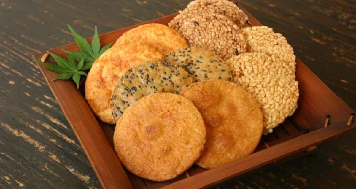 1. ย่างขนมเซ็มเบ้ (ข้าวเกรียบญี่ปุ่น) ที่ไซตามะ