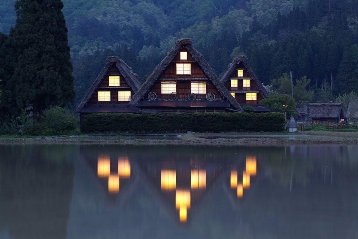 1. หมู่บ้านโบราณชิราคาวาโกะ (Shirakawago Village)