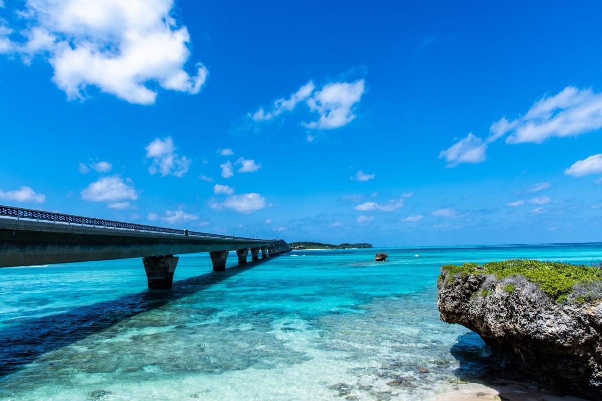藍寶石般碧綠海面上的「池間大橋」
