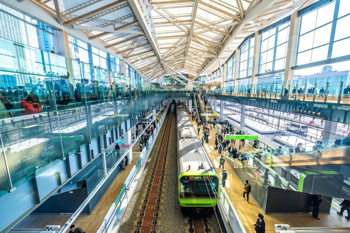 1. ขึ้นรถไฟสายยามาโนเตะชมวิวโตเกียว (Yamanote Line) และแวะชมสถานีใหม่ Takanawa Gateway