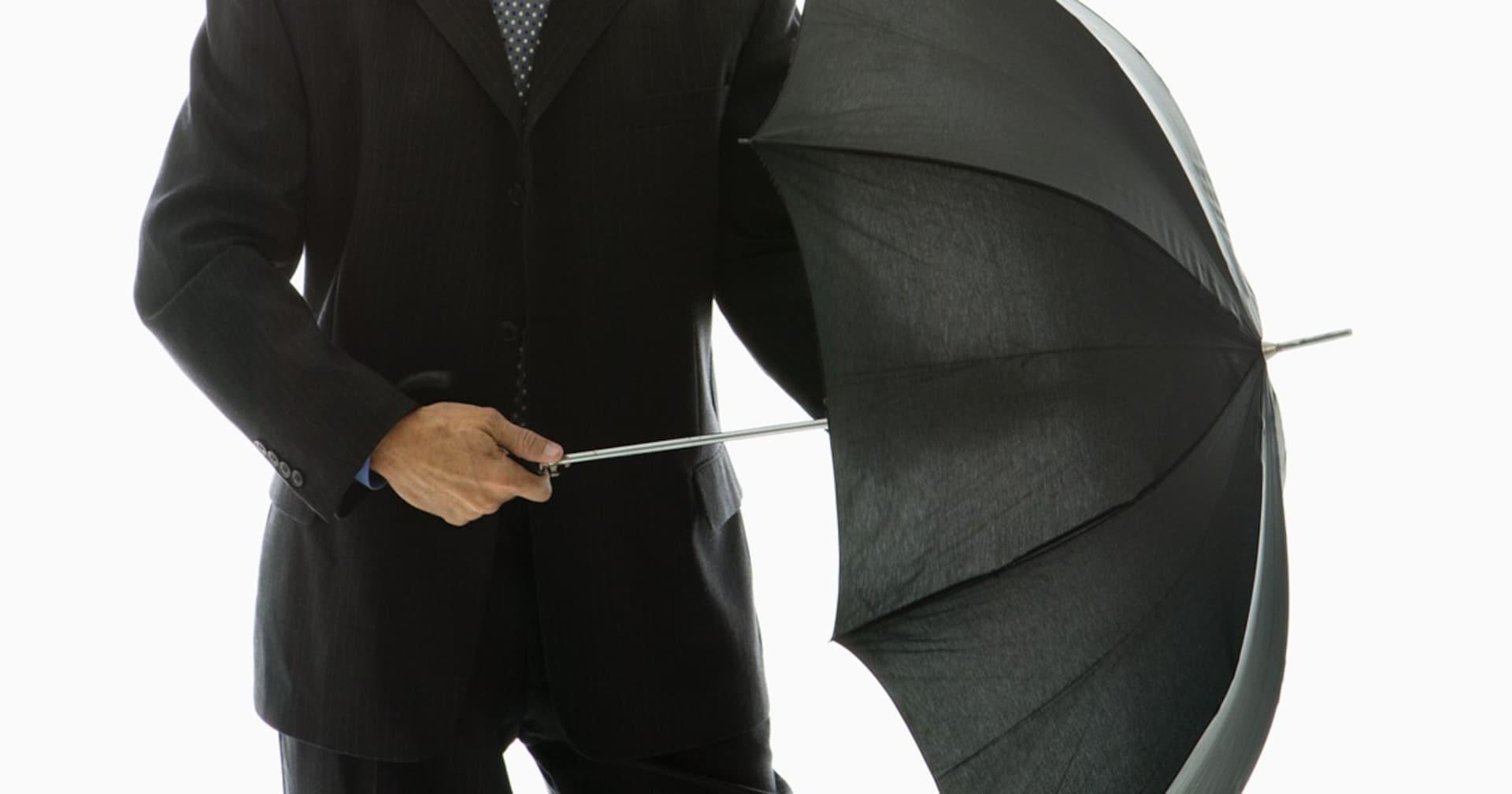 危険すぎる「傘の横持ち」に弁護士が警告! 5000万円以上の賠償金の可能性も…