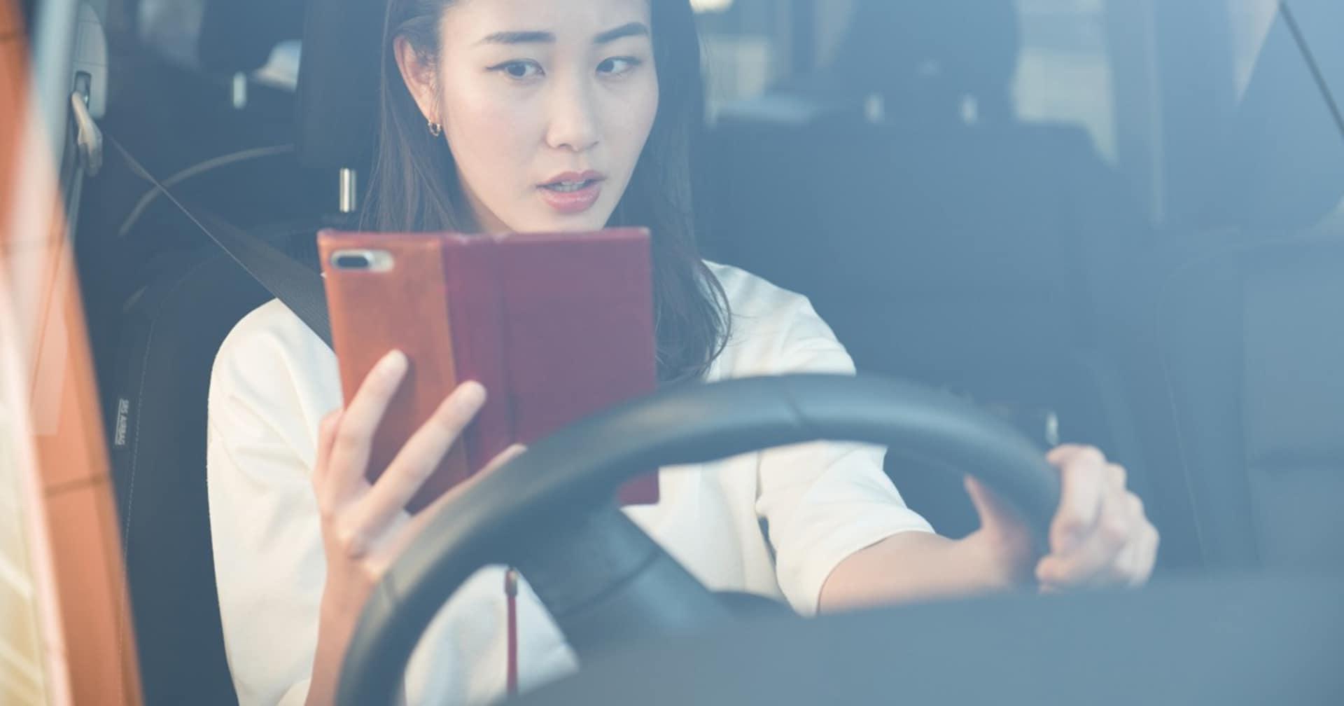 ついに運転中の「ながらスマホ」厳罰化! でも自動運転車だとスマホ使い放題って…どういうこと?