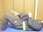 就寝前に腰伸ばし!寝ながらできるぎっくり腰予防ストレッチ