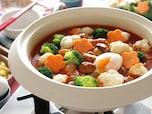 定番のトマト鍋。シメはぞうすいの代わりにマカロニで