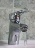 【4】洗顔するとき、熱いお湯やシャワーを使う