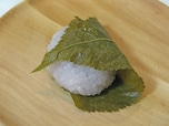 「南青山 まめ」手漉しのこし餡の「道明寺 桜餅」