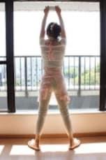 窓や鏡を拭きながら、股関節エクササイズ