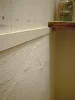 壁紙とタイルの壁、DIYでどう仕上げる?