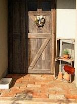 アンティークな木製玄関ドアの家