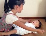 乳児には、ふれあい遊びやわらべ歌