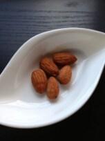 海外セレブ御用達の美容食「アーモンドミルク」