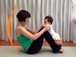 赤ちゃんを膝に乗せて「チェストリフト」