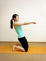 簡単そうだけど効く! 膝つきバランス腹筋トレーニング