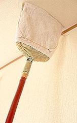 天井のホコリもみるみる落とす手作り掃除グッズ