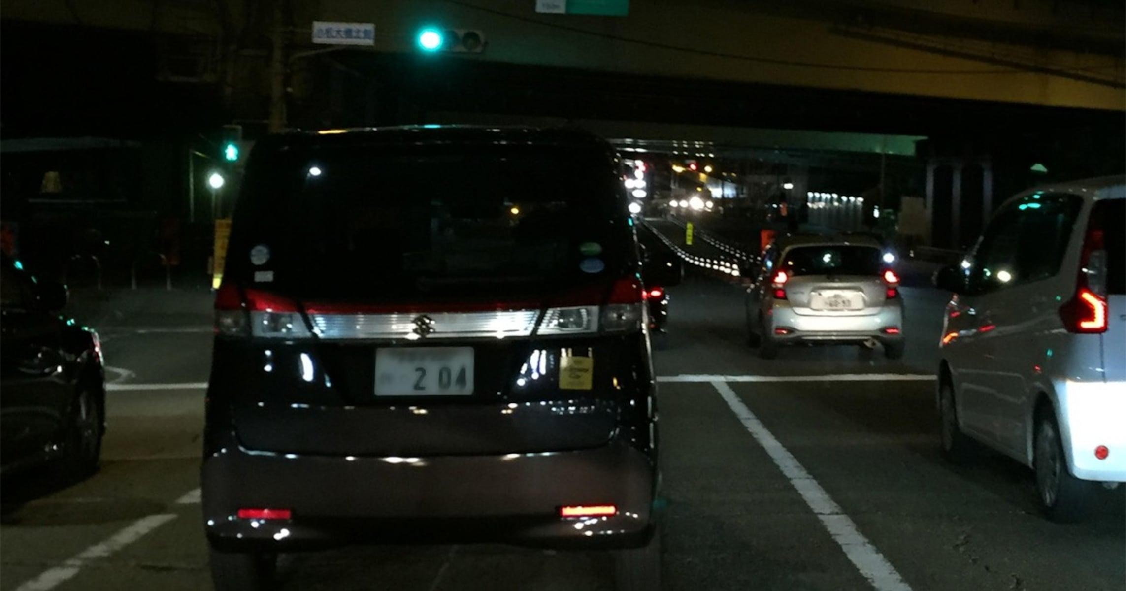 危険すぎ! 夜、ライトを点けずに走っている車が意外に多い理由