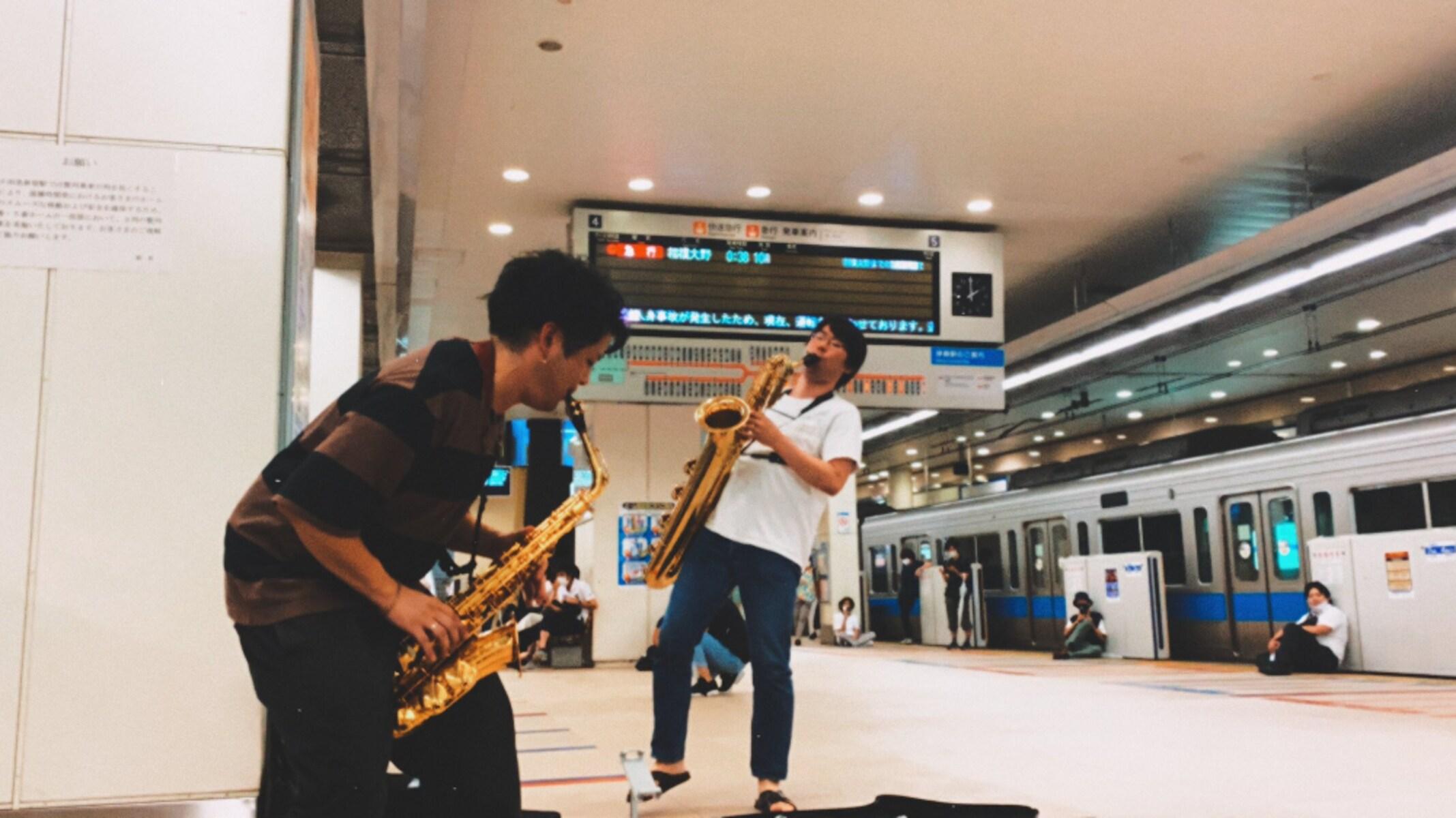 「音楽の力ってすごい」深夜、人身事故で電車が運休した時、ある楽器奏者がとった行動に称賛の声