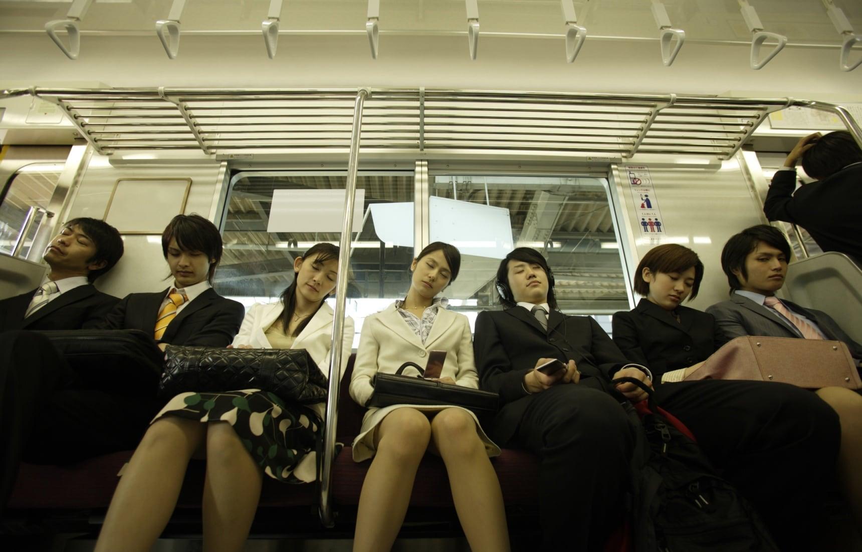 睡眠不足大國:原來日本人電車睡覺是因為這個