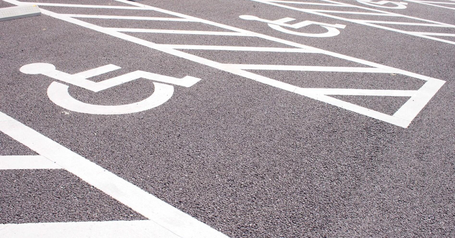 """""""自動車民度""""が低い日本。健常者が身障者用駐車場に停めてもおとがめなしって変だよね…"""