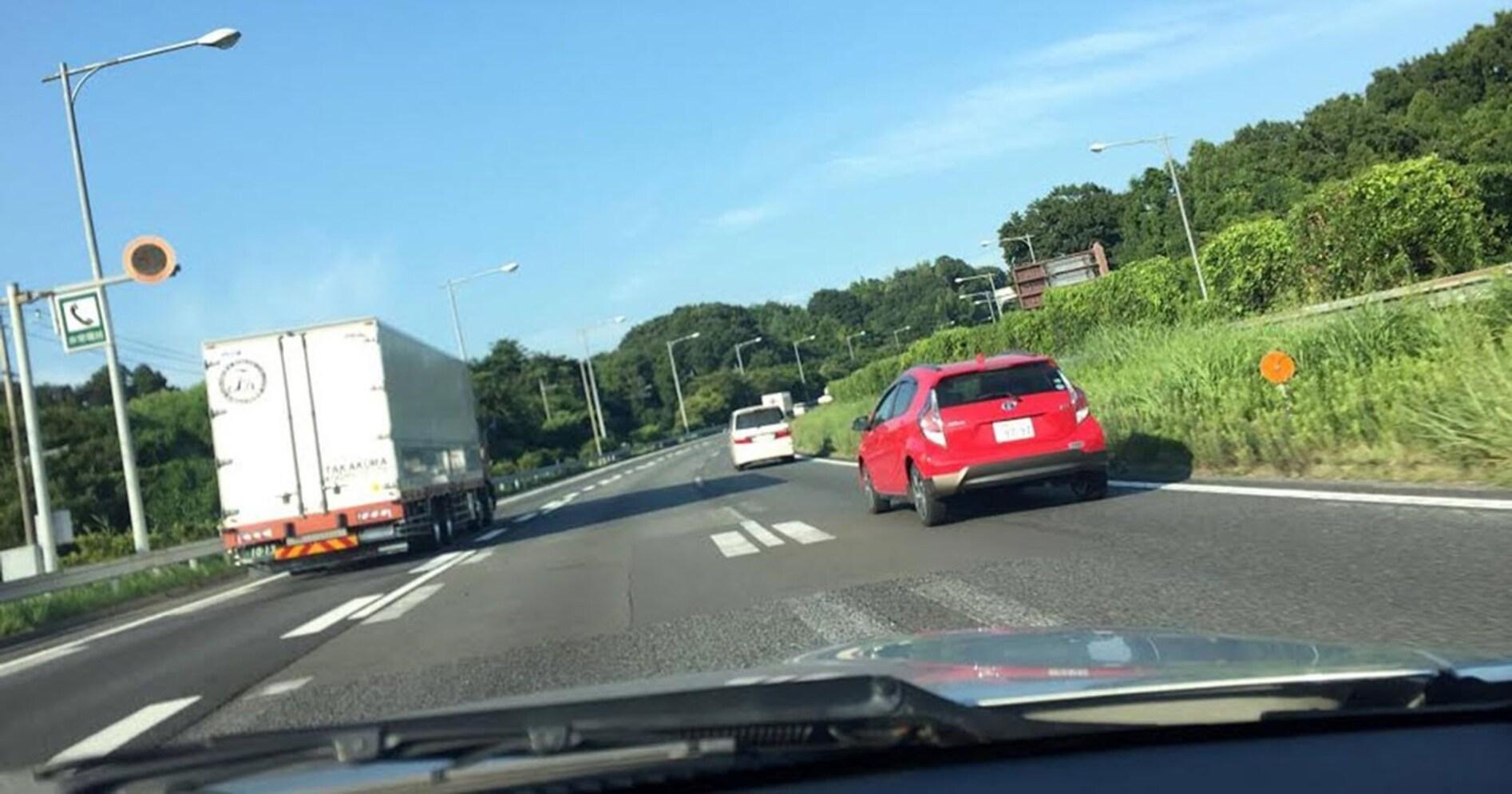 【本当にあった怖い話】高速道路の追い越し車線を走っていたら「青切符」を切られた…