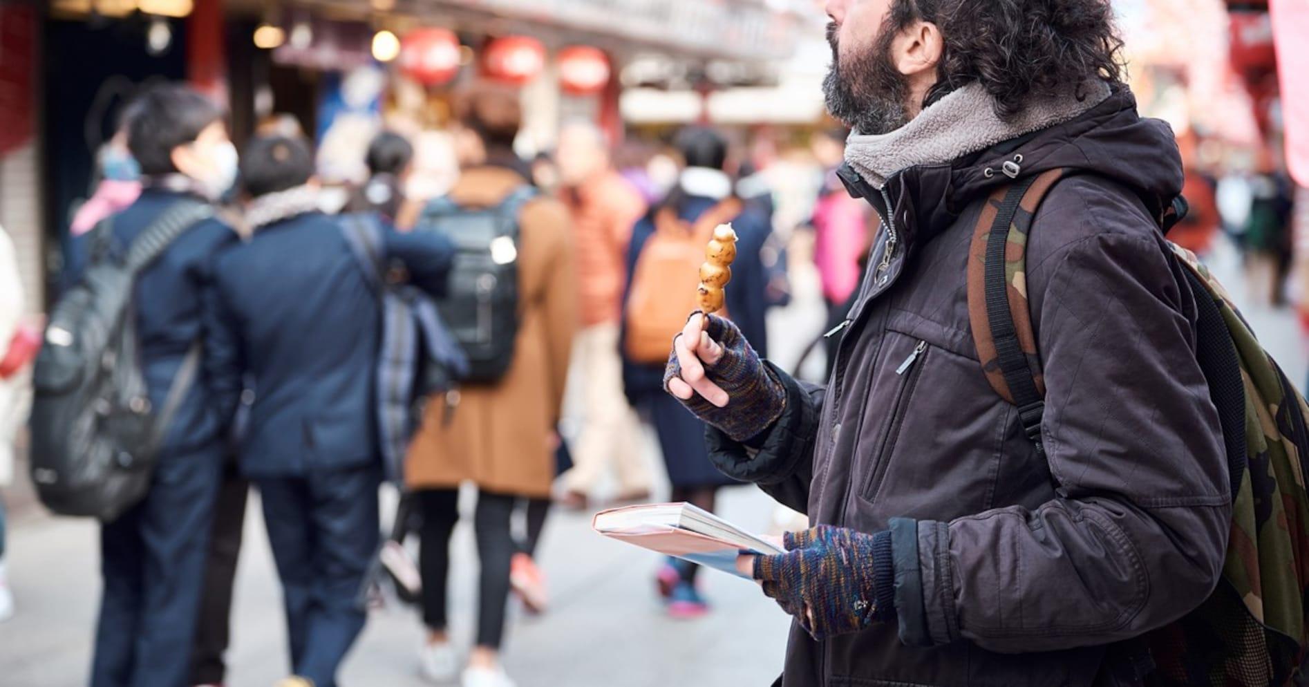 【SNSで話題】観光客のマナー問題で「歩き食べ」禁止の動きに、食の専門家が厳しい意見