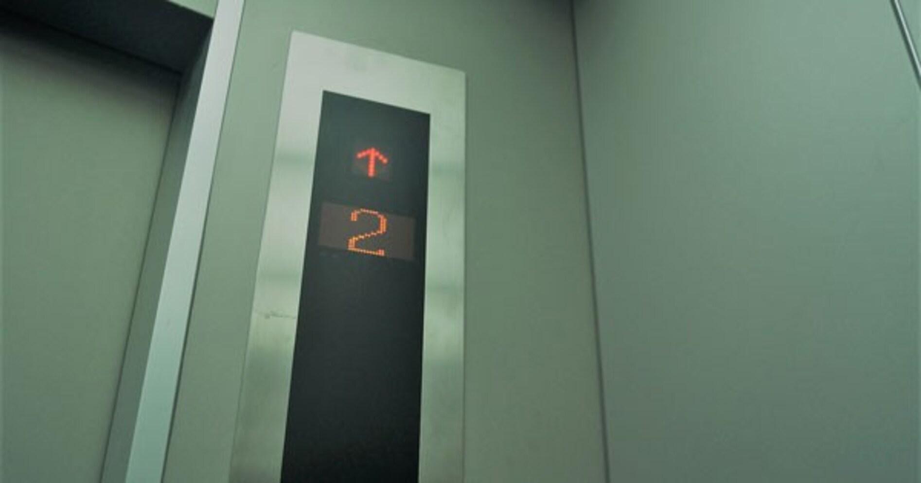 他人とエレベーターで2人きり… 「ついつい階数表示ランプを見ちゃう」理由とは?