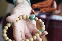 数珠の正しい持ち方・使い方、その由来 [通夜・葬式の弔問マナー] All About