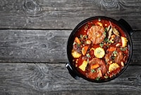 ダッチオーブンで作るスペアリブと野菜の煮込み!キャンプ料理レシピ [男の料理] All About