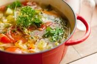 ダッチオーブンで作る丸鶏のポトフのレシピ!人気のキャンプ料理 [男の料理] All About